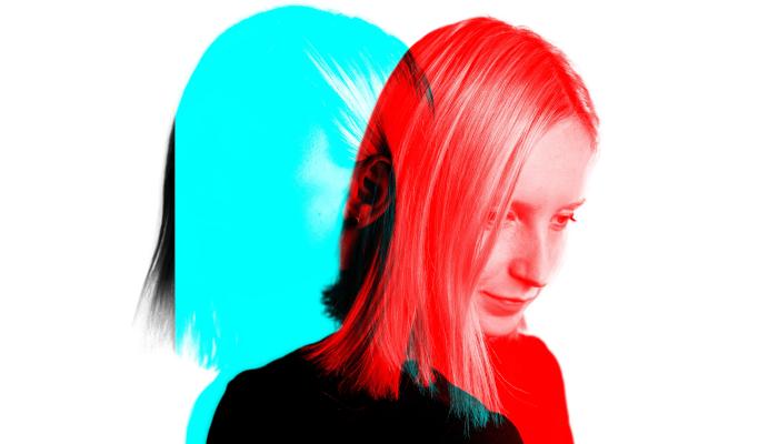 Zwei Gesichter einer Frau, rot und blau gefärbt