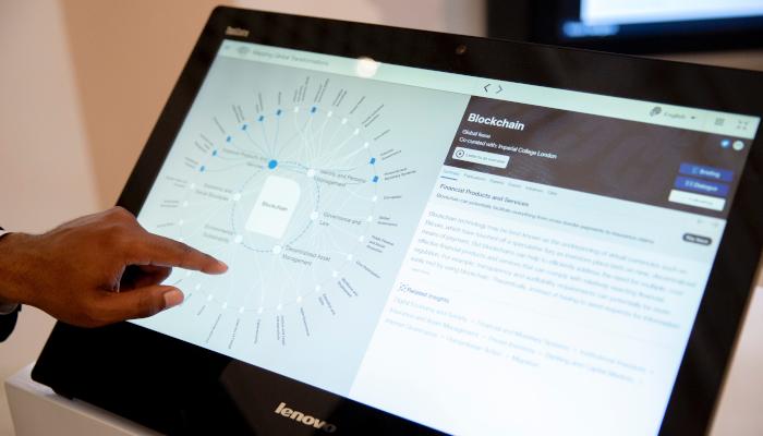 Hand tippt auf digitalen Screen mit Grafik
