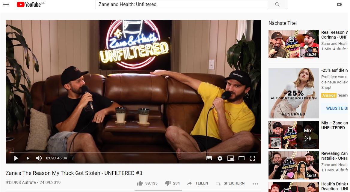 Die beiden Podcaster sitzen auf einem Sofa und sprechen in eine Mikrofon. Diese Aufnahmen können künftig auch in dem Video-Podcast auf Spotify gesehen werden.