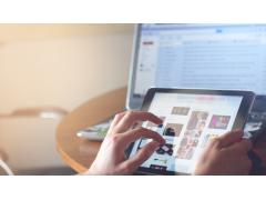 Hände tippen auf Tablet mit Produktsuche auf Bildschirm