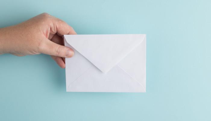 Ein Briefumschlag vor einem hellblauen Hintergrund