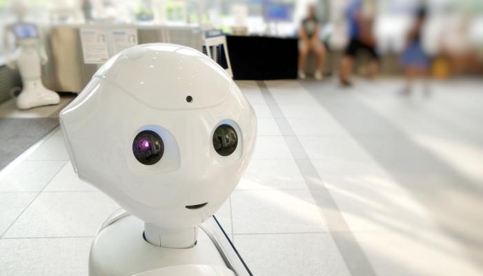 KI Roboter blickt in die Kamera